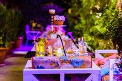 Utomhus- restaurang på nattljus Royaltyfria Foton
