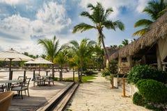 Utomhus- restaurang på stranden. Kafé på stranden, havet och himlen. Tabellinställning på den tropiska strandrestaurangen. Dominik Arkivbild