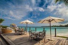 Utomhus- restaurang på stranden. Kafé på stranden, havet och himlen. Tabellinställning på den tropiska strandrestaurangen. Dominik Royaltyfria Bilder