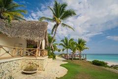 Utomhus- restaurang på stranden. Kafé på stranden, havet och himlen. Tabellinställning på den tropiska strandrestaurangen. Dominik Arkivfoto