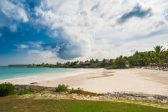 Utomhus- restaurang på stranden. Kafé på stranden, havet och himlen. Tabellinställning på den tropiska strandrestaurangen. Dominik Royaltyfri Bild
