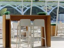 Utomhus- restaurang som äter middag tabellen i sol i den Valencia staden av scincen och konster för släppersoner Främre view1 Royaltyfria Bilder