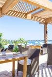 Utomhus- restaurang som förbiser havet och palmträden Royaltyfria Foton