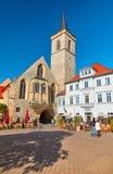 Utomhus- restauranger vid den St Giles kyrkan i Erfurt, Tyskland arkivbild