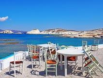 Utomhus- restaurangplacering på Milos Island, Grekland Royaltyfri Fotografi