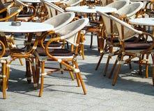 utomhus- restaurangtabeller Arkivbilder
