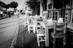Utomhus- restaurangtabeller och stolar Arkivfoto