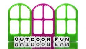 Utomhus- roligt meddelande med röda och gröna dörrar Royaltyfri Bild