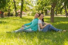 Utomhus- romantiska par Royaltyfri Fotografi