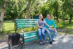 Utomhus- romantiska par Fotografering för Bildbyråer