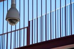 Utomhus- säkerhetskamera med skyddsgallerbakgrund arkivfoton