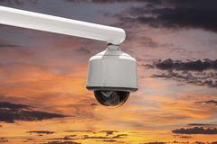Utomhus- säkerhetskamera med solnedgånghimmel Arkivbilder