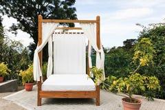 Utomhus- säng med gardiner Royaltyfri Fotografi