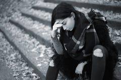utomhus- SAD teen för flicka arkivbild