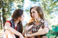 Utomhus- samtal för två flickor Royaltyfri Fotografi