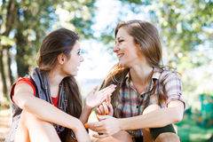 Utomhus- samtal för två flickvänner Fotografering för Bildbyråer