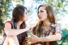 Utomhus- samtal för två flickvänner Arkivfoton