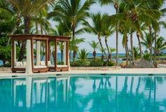 Utomhus- semesterortpölsimbassäng av det lyxiga hotellet. Simbassäng i lyxig semesterort nära havet. Tropiskt paradis. Simbassäng  Arkivbild
