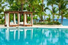 Utomhus- semesterortpölsimbassäng av det lyxiga hotellet. Simbassäng i lyxig semesterort nära havet. Tropiskt paradis. Simbassäng  Arkivbilder