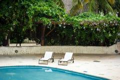 Utomhus- semesterortpölsimbassäng av det lyxiga hotellet. Simbassäng i lyxig semesterort nära havet. Tropiskt paradis. Simbassäng  Fotografering för Bildbyråer