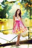 utomhus- sexig kvinna för färgrik klänning Royaltyfria Bilder