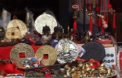Utomhus- shoppa försäljningar fejkar kinesiska antikviteter Fotografering för Bildbyråer