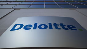 Utomhus- signagebräde med den Deloitte logoen byggande modernt kontor Redaktörs- tolkning 3D Royaltyfri Bild