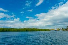 Utomhus- sikt av den Isla Mujeres för några fartyg nästan ön i det karibiska havet, omkring 13 kilometer av Yucatanen Arkivbilder