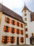 Utomhus- sikt av färgrika klassiska slottyttersidaväggar och Windows i den gamla staden Neuchatel, Schweiz, Europa Arkivbilder