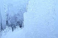utomhus- sikt av iskvarter på djupfryst vatten i vintertextur med täckande stora bitar för ljus vit snö av sprucken is på en djup Arkivfoto