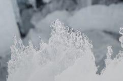 utomhus- sikt av iskvarter på djupfryst vatten i vintertextur med täckande stora bitar för ljus vit snö av sprucken is på en djup Royaltyfria Foton