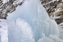 utomhus- sikt av iskvarter på djupfryst vatten i vintertextur med täckande stora bitar för ljus vit snö av sprucken is på en djup Arkivbilder