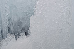 utomhus- sikt av iskvarter på djupfryst vatten i vintertextur med täckande stora bitar för ljus vit snö av sprucken is på en djup Royaltyfri Bild