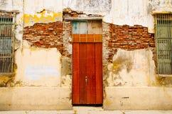 Utomhus- sikt av skadad byggnad med ett trähus i Santa Marta, Colombia royaltyfria bilder