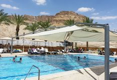 Utomhus- simbassäng på ett semesterorthotell för dött hav royaltyfria bilder