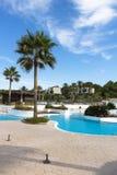 Utomhus- simbassänglättheter av ett stort hotellkomplex efter säsong royaltyfria foton