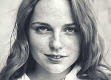utomhus- skönhet Stående av att le den unga och lyckliga kvinnan med fräknar svart white Arkivbilder