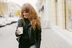 Utomhus- skönhetståendekvinna, modemodell, nätt flicka, gatastil som är tillfällig Arkivbilder