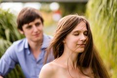 Utomhus- skott av ett ungt par i natur Arkivfoto