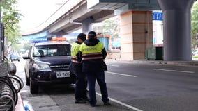 Utomhus- skott för dag av röda och blåa nöd- ljus av polisbilen