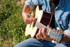 Utomhus- slut för gitarrspelare upp royaltyfri foto