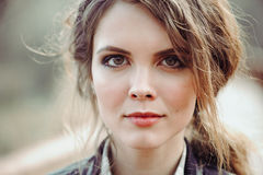 Utomhus- slut upp ståenden av den unga härliga kvinnan med naturligt smink royaltyfri fotografi