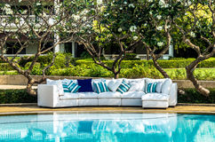 Utomhus- soffa med kuddar och kuddar Royaltyfria Foton