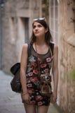 Utomhus- sommar som ler livsstilståenden av den nätta unga kvinnan som har gyckel i staden i Europa med tappningmotsvarighetkamer fotografering för bildbyråer