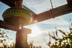 Utomhus- sommarduschcloseup med vattendroppe i ljuset av panelljuset av den varma solen Royaltyfria Bilder