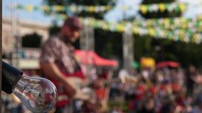 Utomhus- sommarfestivaletapp och konstnärer lager videofilmer
