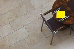 Utomhus- sommarkafétabeller med stolar Fotografering för Bildbyråer