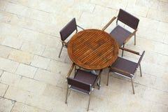 Utomhus- sommarkafétabeller med stolar Arkivbild