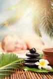 Utomhus- Spa massage Härlig ung kvinna som får brunnsortmassageÑŽfokusen på Spa objekt royaltyfri fotografi