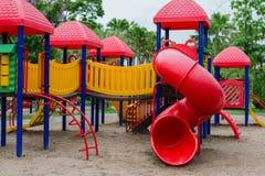 Utomhus- spelare för barn på lekplatsen i parkera Arkivbild